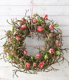 Reif zum Aufblühen: Die Tulpenstiele in kleine Reagenzgläser stecken. Diese we… Ready to bloom: Put the tulip stems in small test tubes. These are then firmly anchored in the magnolia wreath.more about tulips in a portrait Spring Flower Arrangements, Spring Flowers, Floral Arrangements, Wreath Crafts, Diy Wreath, Door Wreaths, Wreaths For Front Door, Deco Floral, Arte Floral