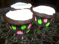 Low Carb Chocolate Cupcakes with White Frosting - Looks lovely from Anna of Low Carb Family