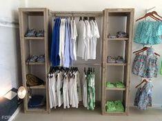 Al je kleren zijn perfect te presenteren met deze kledingkast met rek. Te gebruiken in een kledingwinkel, maar ook bijvoorbeeld in je inloopkast. Room Closet, New Room, Wardrobes, Home Projects, Shelving, Master Bedroom, Sweet Home, Interior, Design