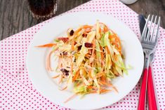 Apple Slaw with Honey Dressing Vegetarian Cabbage, Vegetarian Recipes, Cooking Recipes, Healthy Recipes, Apple Slaw, Valeur Nutritive, Salty Foods, Carrot Salad, Cabbage Slaw