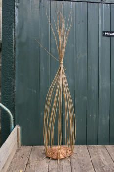 A step by step guide to weaving a traditional style Willow Wicker basket from start to finish. Paper Basket Weaving, Basket Weaving Patterns, Willow Weaving, Upcycled Crafts, Handmade Crafts, Handmade Rugs, Owl Fabric, Fabric Flowers, Handmade Headbands