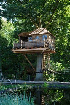 Boomhut met terras uit recuperatiehout, ontworpen en gebouwd door de firma Hogerhuis.