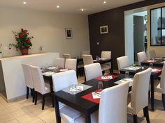 La Table de Pierre, un restaurant récemment refait avec un accueil chaleureux dans une salle intime et une cuisine simple et traditionnelle.