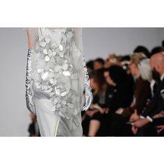 """""""Las sirenas de Galliano para @maisonmargiela tienen escamas de plata (y son un poco japonesas). El desfile completo está en Vogue.es (Fotografía:…"""""""