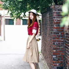 [Pocket Leather Skirt: Beige Color] A long length, flare line, faux leather skirt featuring a pleated waist. Big Pockets. Back zipper closure. Chic & Unique Style, but also can be feminine look as well. Suitable for 4 seasons.