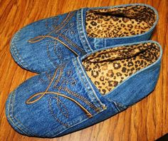 Recycled denim slippers - love the idea of creating a pair from some outgrown jeans!Recycled denim shoes Recycled Upcycled denim old jeans DIYRecycled denim shoes - pinning for inspiration only. No pattern or idei de refolosire a blug Jean Crafts, Denim Crafts, Upcycled Crafts, Diy Jeans, Diy Clothing, Sewing Clothes, Jean Diy, Denim Ideas, Denim Shoes
