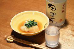 【蕪の煮付け】昨夜のおかずは、生姜たっぷりのアカガレイの煮付けでした。その残り汁で蕪をコトコト煮ました。このやわらかな冬野菜を味わいながら、冬を惜しみつつ一献。今日のお酒は、京都・増田徳兵衞商店の「月の桂」祝米・純米吟醸。錦市場・津之喜酒舗さんの手による今宵堂ラベルです。