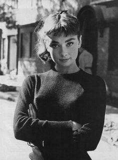Audrey Hepburn had only had one major film role—in Roman Holiday—when photographer Mark Shaw spent a day with the star. Style Audrey Hepburn, Audrey Hepburn Pictures, Audrey Hepburn Bangs, Sabrina Audrey Hepburn, Aubrey Hepburn, Classic Hollywood, Old Hollywood, Hollywood Icons, Pelo Vintage