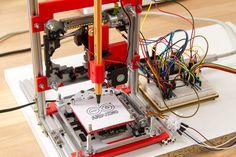 Je commence ici une série d'article sur le contrôle de CNC ( computer (or computerized) numerical control (CNC)) des machines outils ... grâce à l'arduino. On peut voir sur le net des idées géniales, genre des CNC fabriquée avec des glissière de laser...
