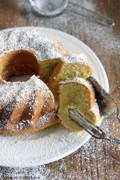 Das einfach, einfach lecker schmeckt, beweist dieser saftige Sahne-Napfkuchen. Ohne großes Schischi und ruck zuck gemacht, ist er ein fantastischer Kuchen für jeden Tag und die ganze Familie. Das b…
