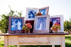 Una tierna y genial idea es la de incluir fotos de bodas familiares. Decoraci�n con marcos para bodas. Im�genes: Style Me Pretty