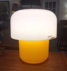 """Lampe de table Guzzini en plastique jaune et blanc - fabriquée en Italie 175$ 9,75""""H x 8,5""""D"""