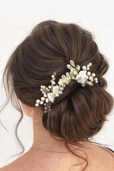 Bun hairstyles are popular wedding hairdos, and look good for different hair length. See our trendy collection of wedding bun hairstyles. Low Bun Bridal Hair, Messy Bun Wedding, Wedding Hair Side, Hairdo Wedding, Wedding Hair And Makeup, Side Bun Hairstyles, Graduation Hairstyles, Simple Wedding Hairstyles, Bride Hairstyles