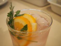 薄いピンクのアイスティー:ラベンダーにレモンを絞る