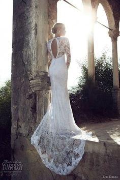 Wauw de vorm, de sleep, de rug en de lange mouw. Deze vind ik echt héél mooi. | Bruidsjurk | Trouwjurk | Wit | Lange mouw | Kant | #trouwen #bruiloft #bruidsjurk #trouwjurk