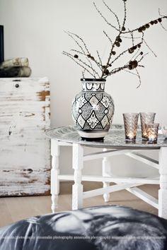 Black and white look, interesting use of natural element in vase  http://heltenkelthosmig.blogspot.com/