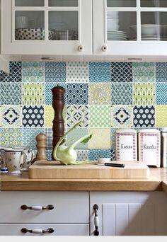 好きな柄のタイルをランダムに。トルコタイルやポルトガルタイルなど、装飾の豊かな海外のタイルがおすすめです。
