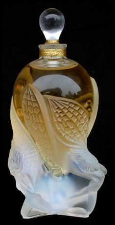 Perfume bottle by Lalique: ラリック 香水瓶 Lalique Perfume Bottle, Antique Perfume Bottles, Vintage Bottles, Art Nouveau, Perfumes Vintage, Beautiful Perfume, Bottle Art, Glass Bottles, Vases