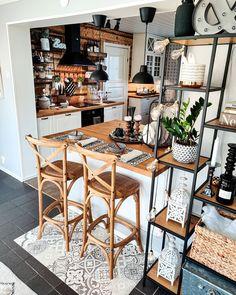 Puupintojen runsaus, rottinki ja teollishenkiset sekä marokkolaistyyliset yksityiskohdat muodostavat hurmaavan kokonaisuuden keittiösaarekkeen äärellä. Townhome Living Room, Home Interior Design, Decor, Interior Deco, Home, Cozy Kitchen, Interior Styling, Inspire Me Home Decor, Home Decor
