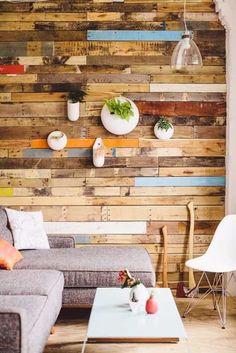 Efekt drevenej podlahy na stenách urobí naozaj dojem. Navyše je jeho aplikácie jednoduchá.
