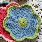 Free Dishcloth Patterns at TipNut Use for either washclothes or dishclothes Crochet Home, Knit Or Crochet, Crochet Motif, Crochet Crafts, Yarn Crafts, Crochet Flowers, Free Crochet, Crochet Patterns, Cloth Patterns