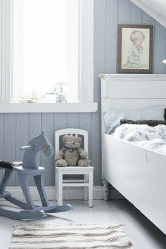 Schattige #kinderkamer #wit #hobbelpaard #bed #stoel