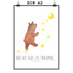 Poster DIN A2 Bär Träume aus Papier 160 Gramm  weiß - Das Original von Mr. & Mrs. Panda.  Jedes wunderschöne Poster aus dem Hause Mr. & Mrs. Panda ist mit Liebe handgezeichnet und entworfen. Wir liefern es sicher und schnell im Format DIN A2 zu dir nach Hause.    Über unser Motiv Bär Träume  Der Träume Bär ist ein ganz besonders liebevolles und einzigartiges Motiv aus der Beary Times Kollektion von Mr. & Mrs. Panda    Verwendete Materialien  Es handelt sich um sehr hochwertiges und edles…