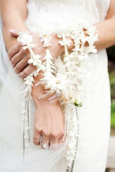 Brides! Bookmark this for spring weddings! Modern spin on the bridal bouquet #PerezPhotography #ToddEvents #