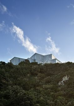 51ed3a82e8e44eff9f0000e1_cook-strait-house-tennent-brown-architects_cook_strait_house_cliff_base_view_1.jpg (2000×2889)