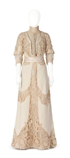 1910s Full-length dress of white linen with large lace decorations that belonged to Irma von Geijer (Hallwylska museet - Stockholm, Sweden)..The large lace cutouts of the over-dress are striking. A waist band cinches the dress at the waist in Directoire style.