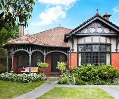 Luckily, this Federation home has retained its original facade despite being over 100 years old. (Take a tour of this elegant family home in Melbourne. Edwardian Haus, Red Brick Exteriors, House Exteriors, House Exterior Color Schemes, Exterior Colors, Exterior Paint, Armelle, Australian Homes, Australian Architecture