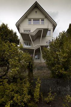 Neubau Balkone aus Beton und Stahl, die Balkone haben jeweils zwei Ebenen, die mit fünf Stufen miteinander verbunden sind. Fassadenkonzept Neugestaltung Fassade in hellem Schlammton und Rosarot