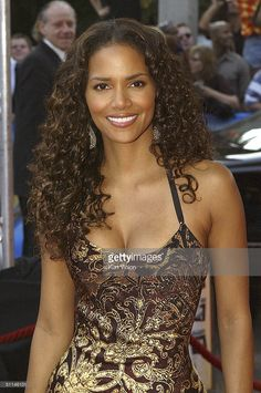 Halle Berry attends the German premiere of her new film 'Catwoman' at the Cinemax August 5 2004 in Hamburg Germany Halle Berry Style, Halle Berry Hot, Beautiful Celebrities, Beautiful Actresses, Beautiful Black Women, Beautiful People, Beautiful Eyes, Hot Black Women, Beautiful Pictures
