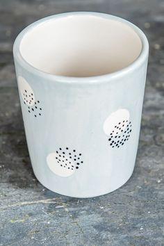 Unbegrenzte Möglichkeiten und Malspaß- all das bekommst Du mit unserer Keramik2-Box!. Heute möchten wir Euch eine Idee vorstellen, die mit nur 2 Farben ausko #ceramicpottery #ceramic Dot Art Painting, Ceramic Painting, Ceramic Art, Pottery Plates, Ceramic Pottery, Pottery Art, Keramik Design, Flower Pot Design, Pottery Painting Designs
