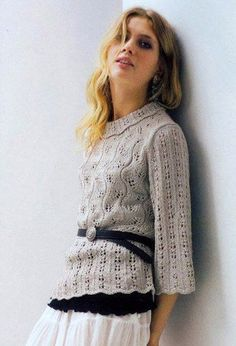 cветлосерый пуловер с узором листочки