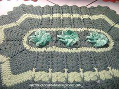 "Tapete verde de croche com flor. - ""Crochê da Mimi"""