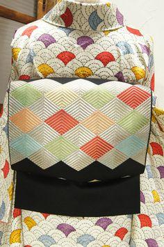 マカロンのような綺麗色で織り出された、菱が連なる幾何学パターンがモダンな開き名古屋帯です。 Yukata Kimono, Kimono Fabric, Japanese Costume, Japanese Kimono, Japanese Outfits, Japanese Fashion, Modern Kimono, Kimono Design, Traditional Kimono