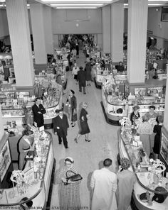 Shoppers fill the floor at Hudson's  PHOTO FROM THE WALTER P. REUTHER LIBRARY, WAYNE STATE UNIVERSITY