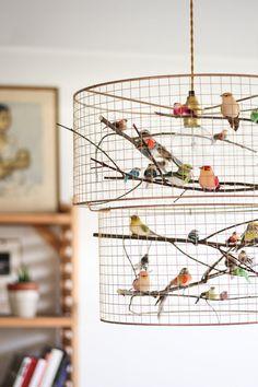 Verzendingen! Fotos zijn voorzien van het middelgrote formaat vogelkooi hanger licht! Licht werkt wereldwijd met lokale E26 of E27 lamp! Een kudde van nep vogels zitten rond een lamp, hun kleine lichamen begiftigd met veren – zo levensecht, dat je zou verwachten te horen sjirps van de mesh koperen kooi. We hebben deze lampen in onze slaapkamer en woonkamer - met kooi lampen kunt u echt een WOW-effect maken in uw quests! Elke kroonluchter is costum gemaakt, dus u niet precies de dezelfde v...