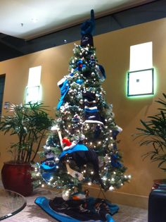 I soooo want to do this next Christmas!!! A San Jose Sharks Christmas tree!!!