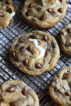 Smores Stuffed Chocolate Chip Cookies are a thick, soft cookie recipe stuffed with graham crackers, milk chocolate, and a gooey marshmallow! Two favorite treats in one cookie! Smores Cookies, Chocolate Chip Marshmallow Cookies, Chocolate Cookie Recipes, Oatmeal Chocolate Chip Cookies, Cookies With Marshmallows, Cheesecake Cookies, Milk Cookies, Chocolate Chocolate, Soft Cookie Recipe