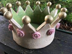 Die Krone ist, z.B. mit einem Rosenpotpourri befüllt oder als Pflanzenübertopf oder als Obstschale,..., eine hübsche Dekoration. Sie ist von Hand gearbeitet, in bunten Farben glasiert und die...