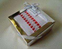 Toalha de mão bordada com trançado em fitas. Embalada em uma caixinha, pronta para presentear ou dar de lembrancinha. Cores a escolher.