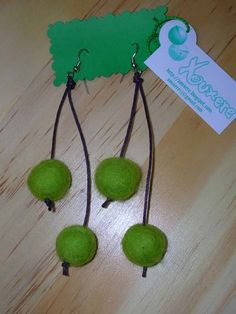 Pendientes bolas de fieltro by XouXere, via Flickr Wet Felting, Needle Felting, Decor Crafts, Diy And Crafts, Felt Necklace, Felted Wool Crafts, Diy Ribbon, Felt Ball, Flower Crafts