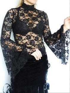 BLUSA 2532  - Blusa em renda com gola alta e mangas amplas em estilo gótico.