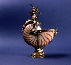 Debido a la perfección natural de esta concha –un nautilo del Mediterráneo–, el orfebre se limitó a realzarla con una discreta moldura de plata dorada con tres mascarones.