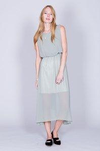 Kate från engelska Orion är en vacker, skir långklänning i flera chiffonglager. Klänningen är rundringad och ärmlös med veckade detaljer framtill, samt delat ok och dold dragkedja baktill. Aningen klockad kjoldel samt band i den elastiska midjan. Det lätta mintgröna tyget har ett fint fall, och gör denna superhärliga klänning perfekt till festen.