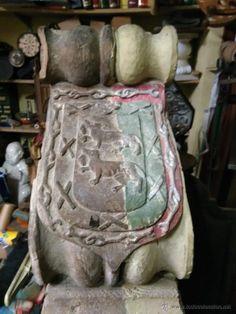 Mensula Capitel de madera siglo XVIII con escudo de armas dos lobos, vean las fotografías