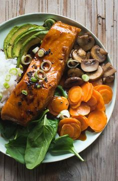 Teriyaki Lachs Bowl This is one of those throw-together dinner recipes that relies on staples like canned beans and lemons; all you have to do is pick up the fish. Salmon And Rice, Salmon Sushi, Spicy Salmon, Grilled Salmon, Honey Glazed Salmon Recipe, Teriyaki Glazed Salmon, Crockpot Salmon Recipe, Easy Salmon Recipes, Slow Cooker Recipes