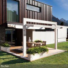 Eine Terrasse mit moderner Markise bietet Schutz vor Sonne und Regen und wird zum Lieblingsplatz im Garten, um bei einem Drink den Tag entspannt ausklingen zu…